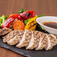 旨みと甘みが口の中でとろける、希少なブランド豚「ルイビ豚」を使用。柔らかい肉質で、さっぱりとしていながら甘みのある味わいです。添えられた鎌倉野菜は味が濃く、脇役に甘んじず、肉に負けない力があります。