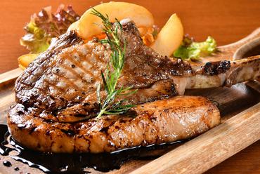 【ロッシュマーノ】といえばこれ! 柔らかな肉質を堪能できる『佐助豚の骨付きグリル』