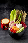 色とりどりの季節の神泉野菜に、燻製の香りを効かせたアツアツのアンチョビクリームソースを添えて。鮮やかな旬をたっぷり味わえる【かどはち 燻】ならではのひと皿です。