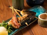 その日オススメ鮮魚の旨さをシンプルに引き出した串焼き。日ごと異なるラインナップで楽しませてくれます。