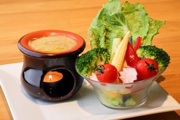 正式なフォイョ(テラコッタ製の小鍋)でオリジナルのソースを温める『バーニャカウダ』