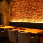 まるでカーヴの中にいるような雰囲気をレンガの壁が演出