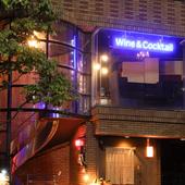 大人の時間を告げるかのようにWine & Cocktailの文字が浮かぶ