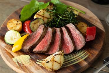 赤身肉の濃厚な旨みがあふれ出す『北海道 大沼牛のグリル』
