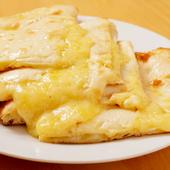 アッツアツでトロットロ。チーズがトローリ伸びていく『チーズナン』