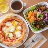 ナポリタイプのピザ生地は、もちっ、さくっと癖になるおいしさ『本日のナポリピッツア』