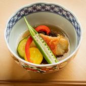 彩り豊かに盛付けられた『夏野菜と金目鯛の南蛮漬け』は目でも楽しめる一皿