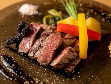 上質なステーキがスタイリッシュな器に見事に映える『ニイヨン黒毛和牛ヒレステーキ』