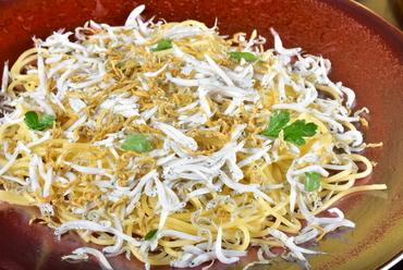 イタリア産トマト・モッツァレラチーズとバジルのシンプルな一品『トマトとモッツァレラチーズ』