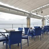 開放感溢れるテラス席。海風を感じながら、寛ぎのひとときを