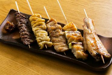 人気の部位が日替わりで楽しめ、晩酌によく合う『串焼セット』