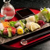 ときには料理人自ら釣ってきた魚が登場することも。鮮度抜群の旬の魚介類を存分に味わえる『お造り5種盛』