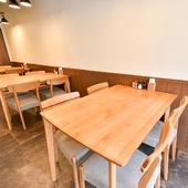 4人掛けのテーブル同士も密にならず、空気もさわやかな店内