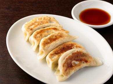 親の代から変わらぬ味と人気の『特製焼き餃子(5個)』