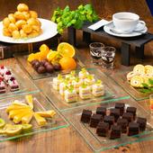 『デザート』には季節の素材を使ったケーキや、旬のフルーツを好みのドリンクと一緒に