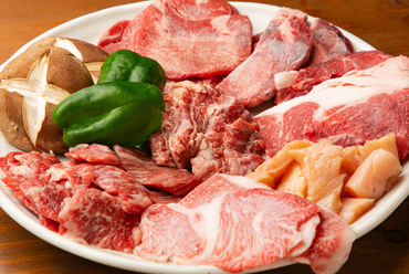 美味しさもさまざま。いろいろな肉の旨みが味わえてお得!『お肉盛り合わせ』