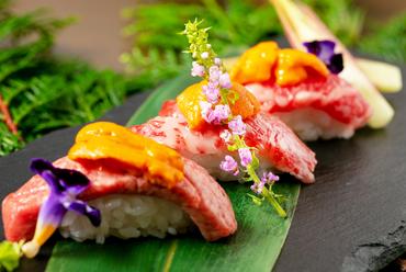 豪華絢爛。こだわりの肉寿司を選んで集めて盛り合わせた『特選寿司階段』