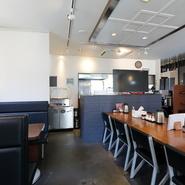 テーブル席やボックス席、店舗の中央にはカウンターのようなテーブル席を設置。そのため、少人数での宴会に最適。リーズナブルなので、ちょっとした集まりも気軽に開けます。