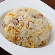 大きめにカットした自家製チャーシューをたっぷり入れた、食べ応えのある一皿。チャーシューは、バラ肉と肩ロースをミックスさせており、肉の旨味をぞんぶんに味わえます。