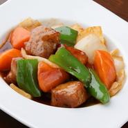 野菜の食感を第一に考え、食材ごとに火入れの時間に差をつけた一品。家庭的な味わいを大切にしながらもオリジナリティを出し、酸味を強めにさっぱりと仕上げられています。