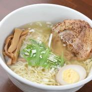 高島氏の食材に対するこだわりは数多くありますが、特にこだわって選んでいる食材の一つが「麺」。スープとの相性を考え、喉越しのいい細麺にこだわり「支那そば」を選んでいます。
