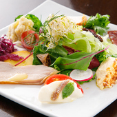 10品目以上の旬の食材で美しく彩る『前菜盛り合わせ』
