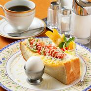 出勤前の朝食にも、遅めの朝食にも利用できます。トーストであればドリンク代だけでサービスしてもらえるので、とってもリーズナブル! 画像は『日替わりモーニング』のため、飲物代+130円となります。