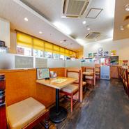 明るい雰囲気の店内では、朝はモーニングを、昼はランチを、午後には甘いものを、夜にはお酒と夕食を…。懐かしい雰囲気に惹かれるように、一日の流れに合わせてさまざまな人たちが訪れています。