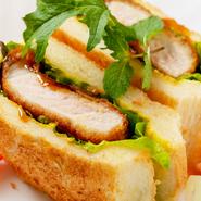 肉厚のカツを使用しているので、ボリュームも満点。パンにカラシを塗ることでソースの甘みをピリッと引き締め、良いアクセントになっています。小麦薫る、トーストの香ばしさもGOOD!