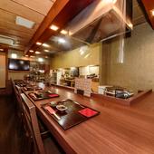料理人の手さばきを眺め、会話を楽しむ。人気のカウンター席