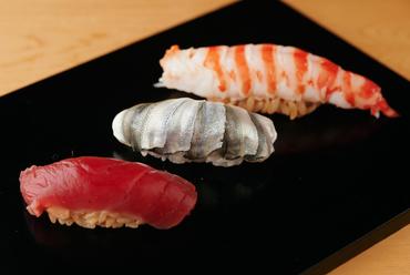 ネタが最もおいしいタイミングを見極め提供される、伝統技法が用いられた『江戸前熟成寿司』