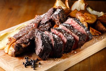 ほとばしるおいしさが口の中で広がっていく『熟成肉のステーキ』