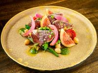 スパークリングワインと相性抜群の前菜『炙りガツオと白イチジクの季節野菜サラダ』