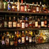 50種以上のウィスキーをはじめ豊富なドリンクを用意