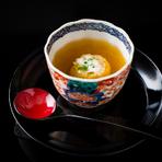 江戸後期の骨董猪口に注がれた、創業以来36年間変わらない人気を誇る、小次郎伝統のコンソメとジャガイモの冷製スープ。煮こごり風コンソメスープに、内側のジャガイモスープをそっと崩しながらいただきます。