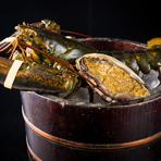 名物の鮮度抜群のアワビは、石巻から生きたままの活状態で仕入れています。同じく活状態でカナダより空輸し、使用するまで店内の水槽で泳いでいるオマール海老は、品質が最もよいとされる時期に漁獲されたものです。