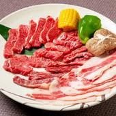 卓上七輪を使い焼き上げる個性豊かな4種の部位、炭の香りをまとった肉が食欲をそそる『四天王セット』