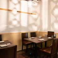 「播州百日鶏の料理をじっくりと味わいながら、語らいも楽しんで欲しい」と店主であり料理人の岩田氏。シンプルで温かみのある内装でまとめられ、過ごしやすい雰囲気です。人数や利用シーンに応じて、席を選べます。