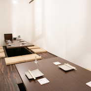播州百日鶏の刺身の盛り合わせや種類豊富なタタキ、焼鳥など、珍しい料理の数々を堪能できます。鶏料理に合う日本酒も常時6種類ほど用意。掘りごたつ式の半個室も完備され、大切な接待や会食の利用に最適です。