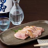 播州百日鶏と相性の良い、辛口の純米酒を常時6種ほど取り揃えています。銘柄や産地にはこだわらず、全国から取り寄せているそう。その時々で入れ替わる日本酒と刺身や焼鳥などの鶏料理とのペアリングを楽しめます。
