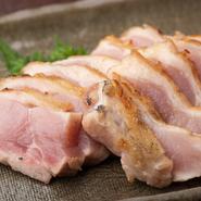 播州百日鶏の脂の甘みや、肉質に弾力があるため独特の噛み応えや食感を堪能できる逸品。レアステーキのような味わいが特徴のもも肉のタタキです。ポン酢をつけてサッパリとした風味でいただきます。