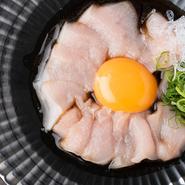 (特製ピリ辛ダレと卵黄をからめて)