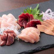 毎朝産地から直送される新鮮な播州百日鶏の刺身の盛り合わせ。【炭火焼ひろひろ】の看板料理として大人気です。珍しさとおいしさに魅了され、必ず注文するゲストも多数存在。わさび醤油や岩塩などと食します。