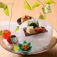 寒冷地ならではのおいしい魚介や広大な大地に育まれた野菜など、北海道ならではの食材と同時に、京都を中心に取り寄せた厳選食材を使った料理が味わえます。北海道にいながらにして、本場京都の味を楽しんで。