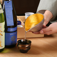 フロアには利酒師がスタンバイしており、日本酒の選び方などに困った際にはアドバイスも可能。京都で腕を磨いた料理長による料理に合わせた日本酒のペアリングセットも月替りで提案しています。