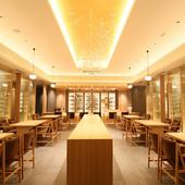 清廉な和の空気感を象徴する、モダンで美しい店内空間