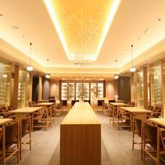 世界遺産下鴨神社の清廉な空気感はそのままにくつろぎの空間を演出する【下鴨茶寮】のコンセプトを引継ぎ、「北の玄関口」新千歳空港国際線ターミナルにしつらえられた店舗。美しい日本文化を象徴する空間です。