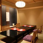 店内にはテーブル席が並ぶフロアとともに、プライベート感覚で楽しめ、連結すると最大10名まで収容できる半個室4室と、座敷も用意されています。個室はテーブル席、座敷も掘りごたつ席で、正座が難しいゲストにも。