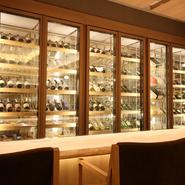 店内には日本酒セラーを設え、数十万円の高級銘柄、リーズナブルな地酒まで、幅広い日本酒をラインナップ。陶器、漆器、磁器、チタン、錫、グラスなど、作家ものを含む好みの酒器で楽しめます。