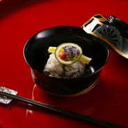 梅雨に降る雨水を飲んでおいしくなると言われる鱧は、祇園祭の時期に欠かせない京都の夏の味覚。本州から活きたまま取り寄せ厨房内の水槽で泳がせた新鮮な鱧を、摘みたての蓴菜とともに椀に仕立てました。